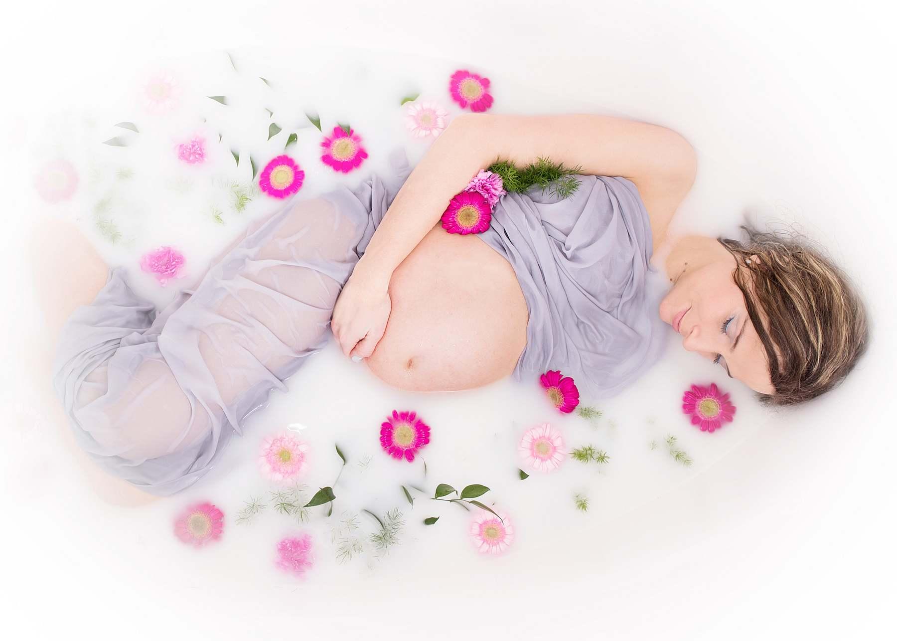 sesja ciążowa w wannie